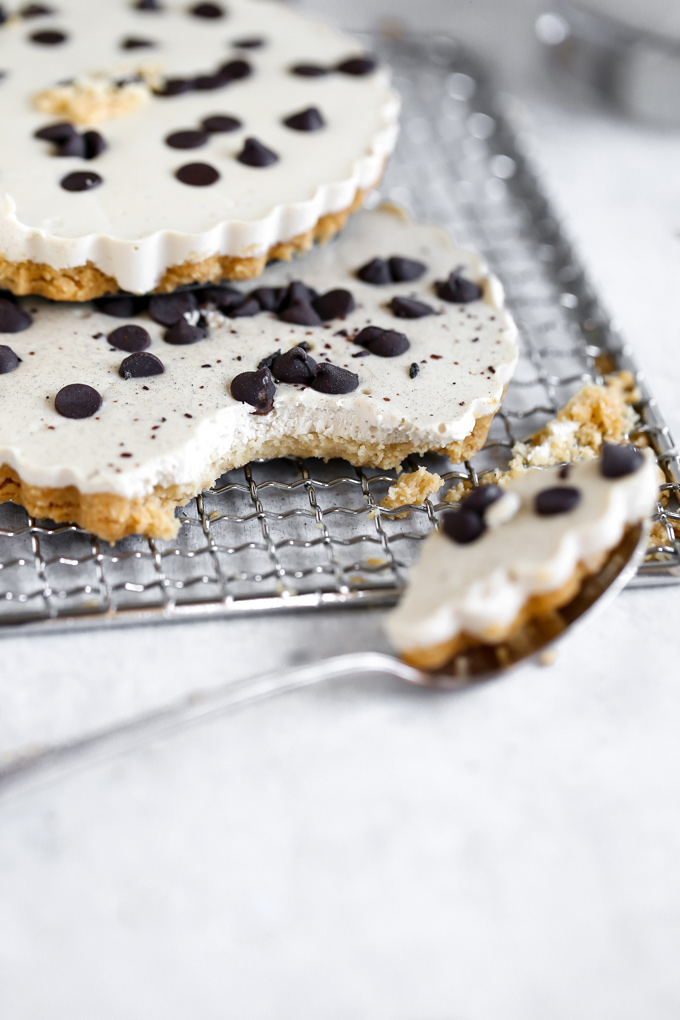 Vegan White Chocolate Fudge Cheesecake - In celebration of NeuroticMommy's 6th birthday, this creamy, indulgent deliciousness is made with a vegan buttery crust, creamy cacao butter makes up the white chocolate center, topped with dairy free chocolate chips, this is a must make! NeuroticMommy.com #vegan #keto #cheesecake